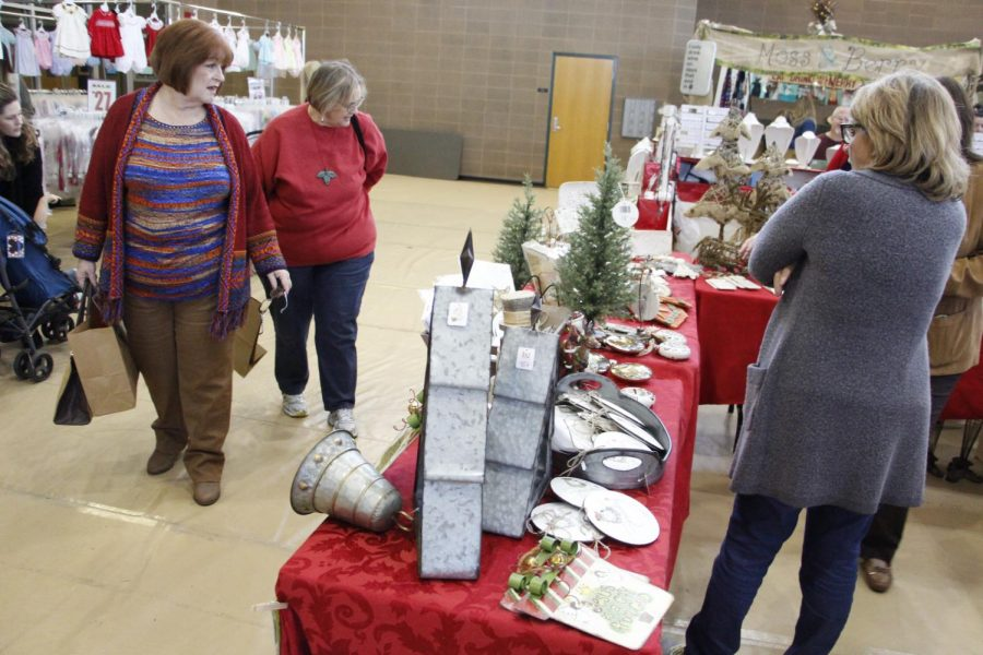 With+nearly+80+vendors+on+campus%2C+attendees+at+the+%22Jolly+Jingles+Market%22+could+buy+items+ranging+from+Christmas+trees+to+clothing.
