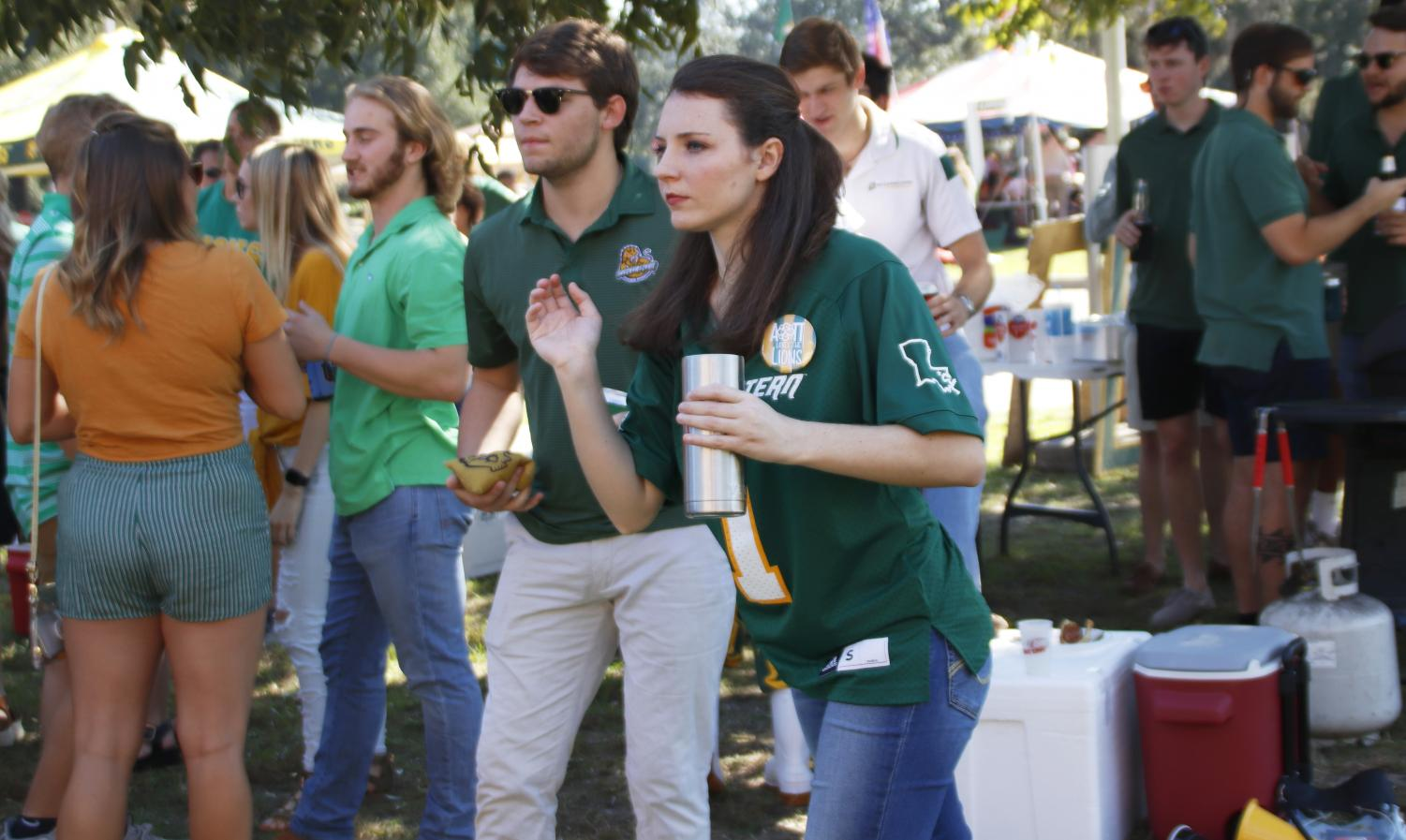 One way that students can meet new people and create relationships is through tailgates at university home games. Dating in college and after graduation can raise differences, but attending social events can bring people of all backgrounds together.