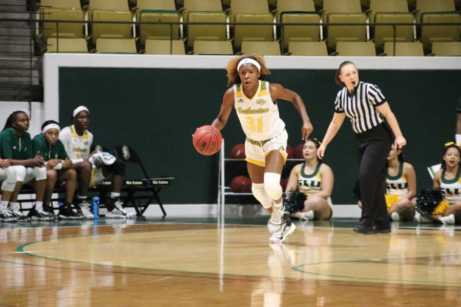 Freshman+guard+Alexius+Horne+brings+the+ball+down+the+court+in+Southeastern%27s+89-67+victory+over+LSUA.+