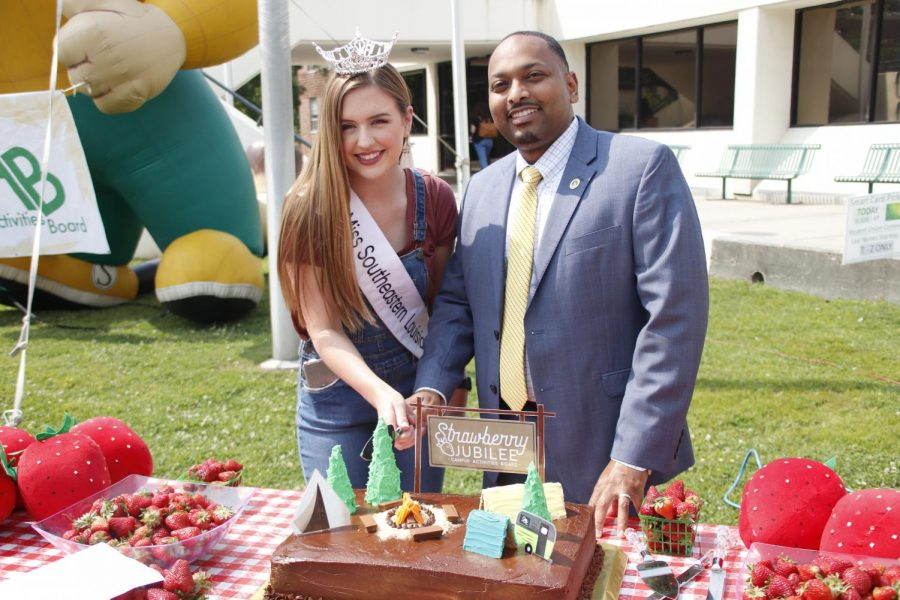 Miss Southeastern 2019 Chelsey Blank and Vice President of Student Affairs Eric Summers prepare to cut a cake at 2019's Strawberry Jubliee.